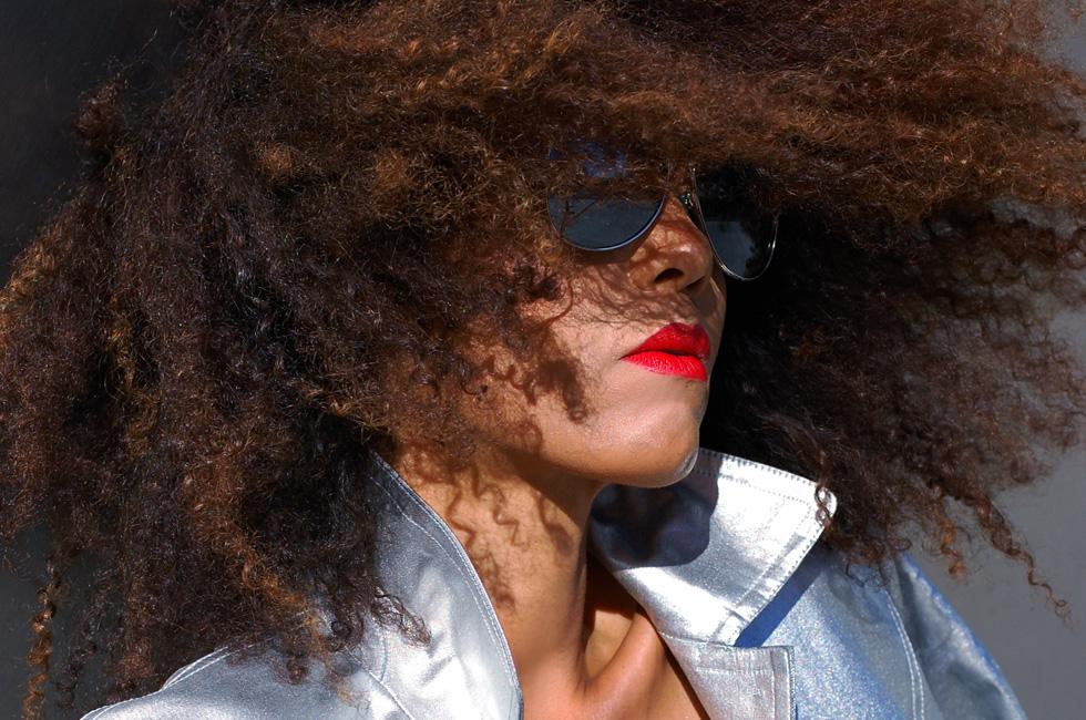 Ndoema rocks silver metallic jacket and mirrored aviator sunglasses by Le Specs
