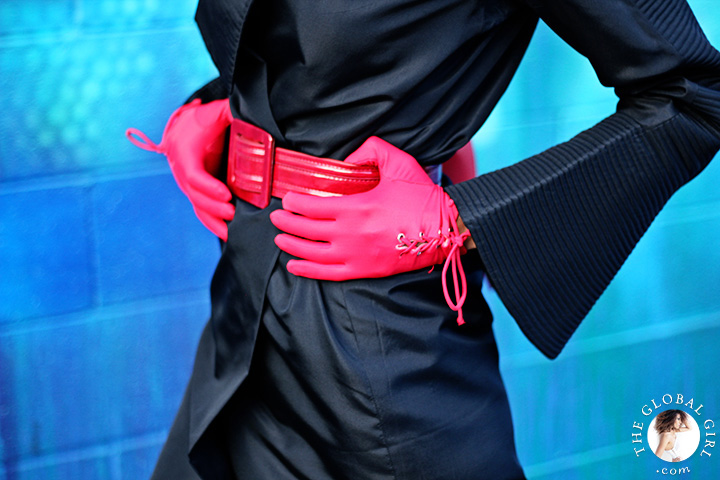 Black & Red Look with patent leather belt and vintage gloves.