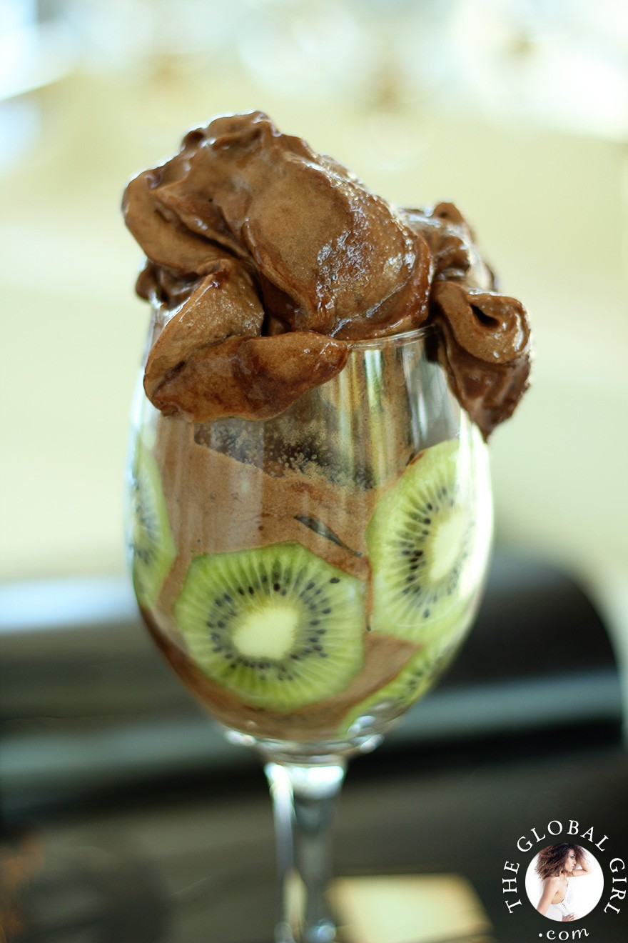 The Global Girl Raw Vegan Recipes: Yummy chocolate ice cream recipe that's super easy and incredibly healthy. Indulge your sweet tooth with this fat-free, dairy-free, gluten-free and sugar-free decadent treat.