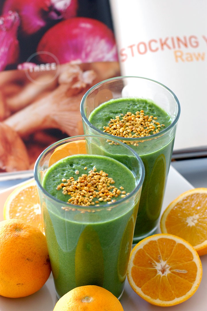 The Global Girl Raw Vegan Recipes: Green Monster Vitamin B Smoothie with spinach, banana, orange juice and bee pollen