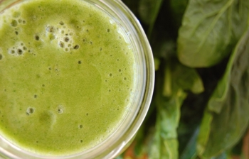 Green Smoothie: Spinach, Banana, Mango